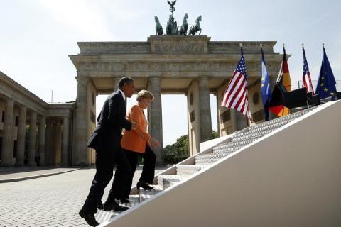 Obama speaks at the Brandenburg gate in Berlin